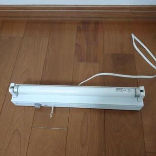 机や壁に取り付ける蛍光灯