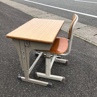 小学校の椅子と机