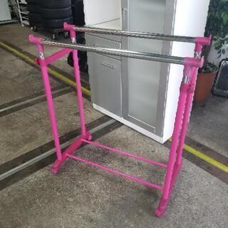 可愛いピンクのダブルタイプハンガーラック