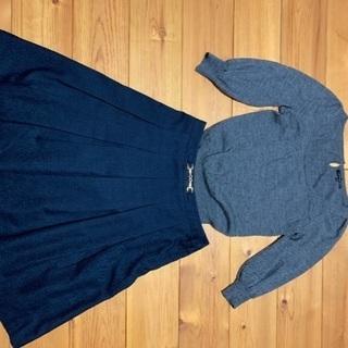 グレーのニットと紺のスカート