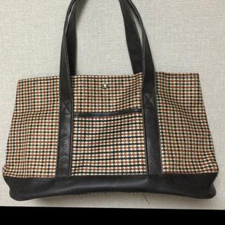 茶色の細かいチェックのバッグ