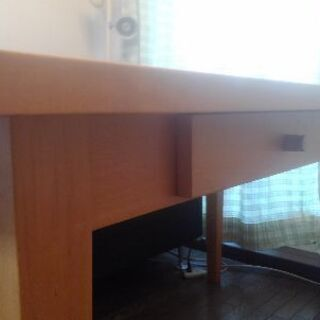 引き出し付きのテーブルです♪