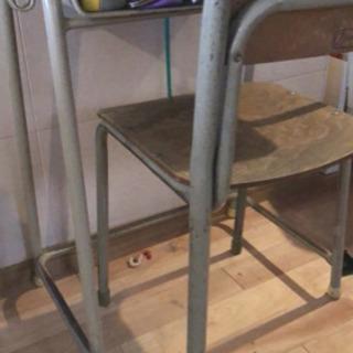 学校の机と椅子