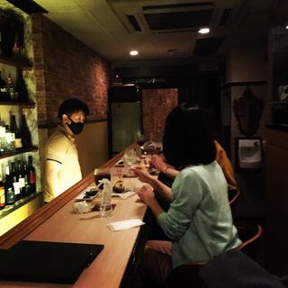 仙台駅前の雰囲気の良い8階のバーで、美味しいお酒を飲みなが…