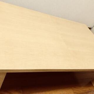 延びるテーブルの画像