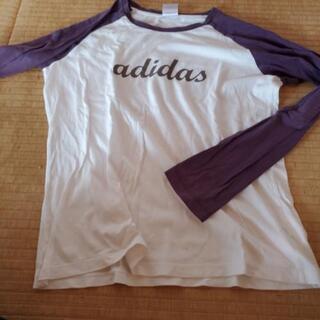アディダスのTシャツ