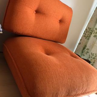 オレンジのおしゃれなソファーです!の画像
