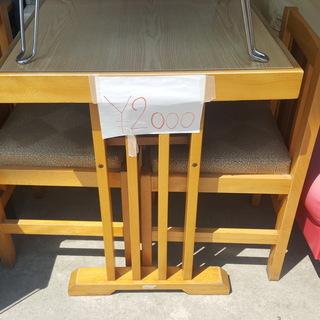 2つの椅子と小さなテーブル