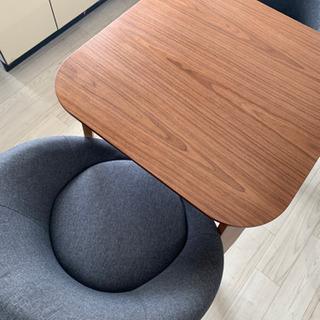 ダイニングテーブル、椅子二脚付き