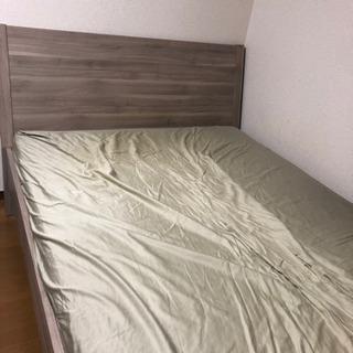 IKEA のダブルベッドとマットレスです