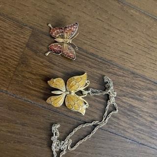 蝶々のネックレスとブローチ