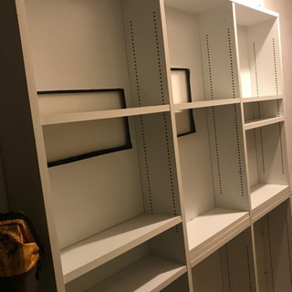 白い大きな本棚