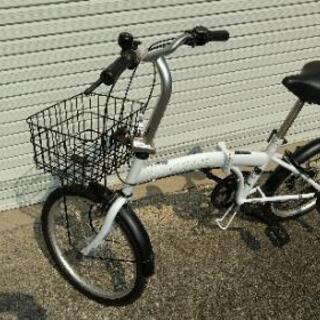 白い折り畳み自転車