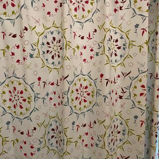 カーテン100×178cm 2枚セット 白地に花模様 中古品