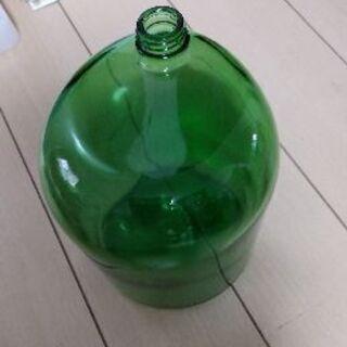 値下げ中 お部屋のインテリアに? アンバランスな形の緑色のガラス瓶