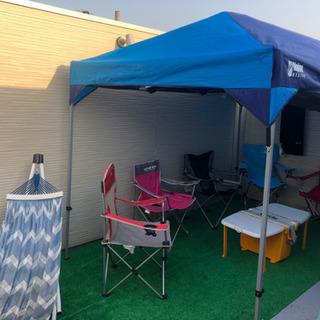 キャンプ椅子5つとタープとクーラーボックステーブル