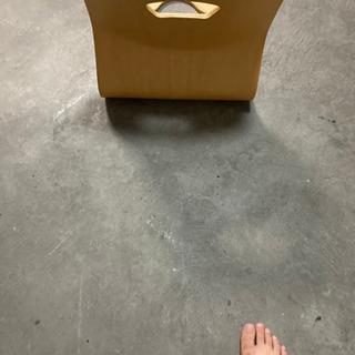 座椅子。底面には傷があります。大森駅近くでのお渡し。