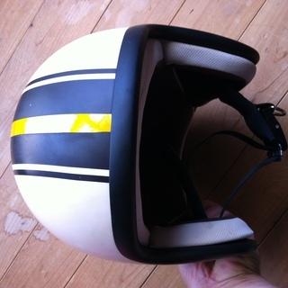 センターラインカラーリングのジェットヘルメット