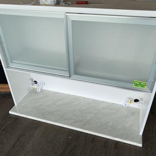 新品の食器棚の上台です。ガラスの一部にひび割れあります。