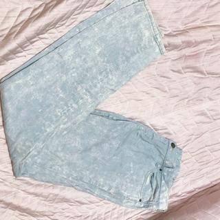 涼しげな色味のジーンズ