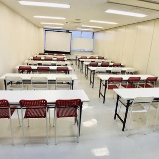 金沢駅徒歩10分で1時間1,400の貸し会議室。42名着席可能で...