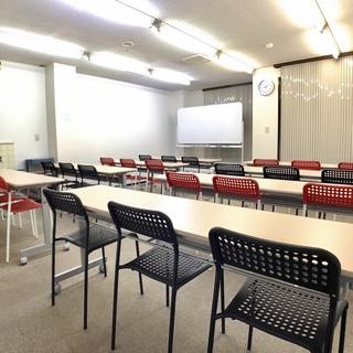 金沢駅徒歩8分で1時間1,400の貸し会議室。24名着席可能で備...