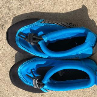 水遊び用の靴の画像