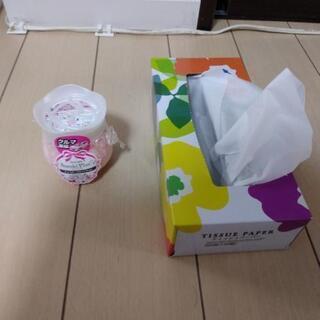 お値下げしました! かわいい! ピンクの花模様と真っ白なカギ飾り...
