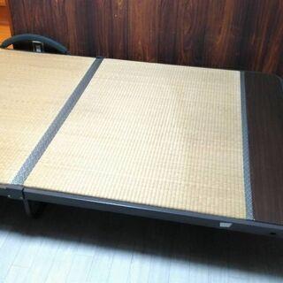 セミダブルサイズの折りたたみベッド。
