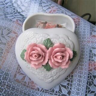 薔薇のハート型の小物入れ 陶器の小物入れ