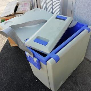 クーラーボックス&机と椅子の画像
