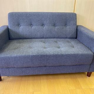 小さめのスタイリッシュなソファーになります。