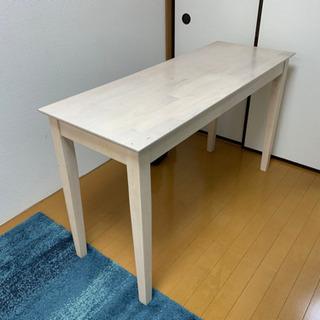 白い机 ふたつ