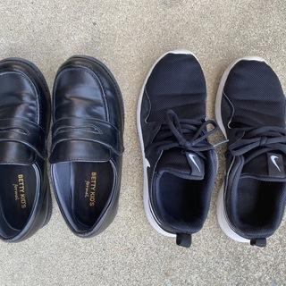 子供用スニーカー22.5cm と革靴もどき23cm