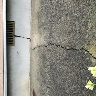 地盤沈下により家の土台がひび割れてきて家が傾いてきました。