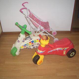 まだまだ使える3輪車2台と人形カート1台、差し上げます。