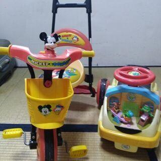 三輪車と車のおもちゃ