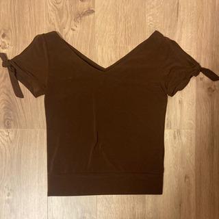茶色の半袖カットソー