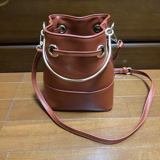 茶色のコロンとしたバッグ