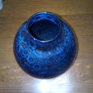 綺麗な模様の入った黒い花瓶
