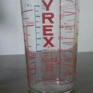ガラス製の計量カップ