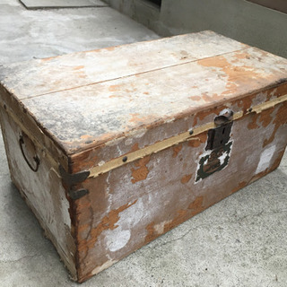 大昔の古い木箱の画像