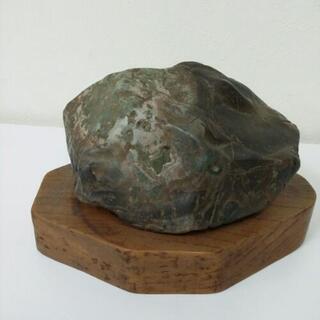 石の置物と台