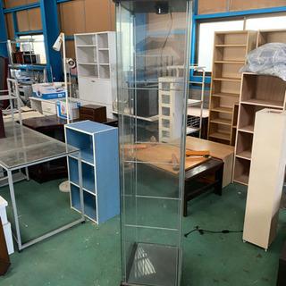 縦長のガラスショーケース