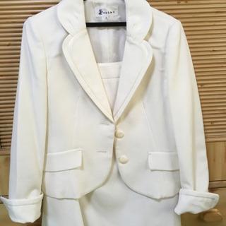 白のスカートスーツ