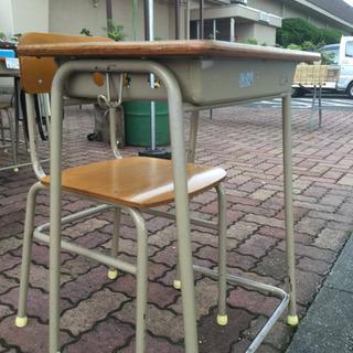 学校の机と椅子 10セットあります。の画像