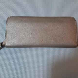 綺麗なゴールドカラーsazabyの長財布