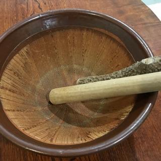 古くて大きいすり鉢とすりこぎ