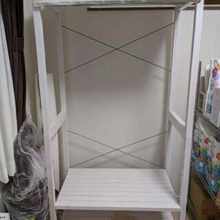 白い木製ハンガーラック