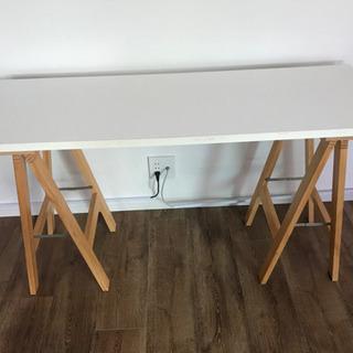 シンプルな白いテーブル